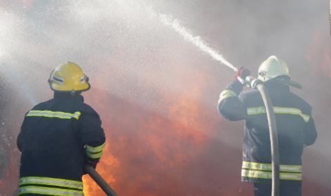Четирима пострадали при пожар в кравеферма, един в критично състояние