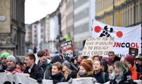 Демонстрант се обля с бензин