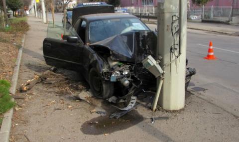Кола отсече дърво и се заби в тролейбусен стълб в Русе (СНИМКИ)