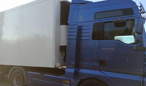 Шофьор на камион почина в болницата след удар в три паркирани коли