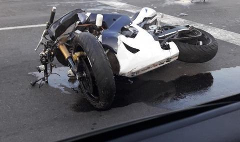 Мотоциклет се разби в лек автомобил в Бургас (ВИДЕО)