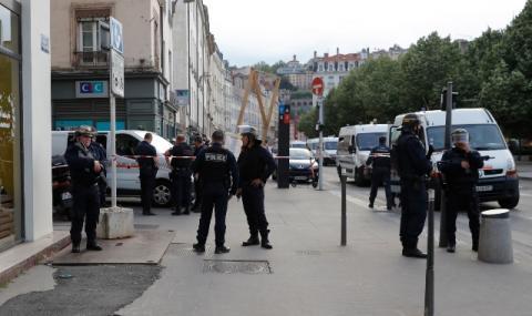 Мъж вряза автомобил в джамия във Франция