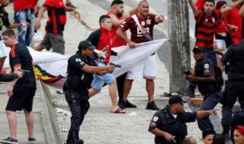 Фенове на Фламенго и полицията си спретнаха меле ВИДЕО