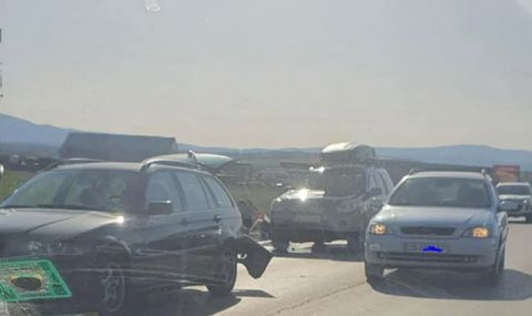 Катастрофа изпотроши тузарско БМВ в София