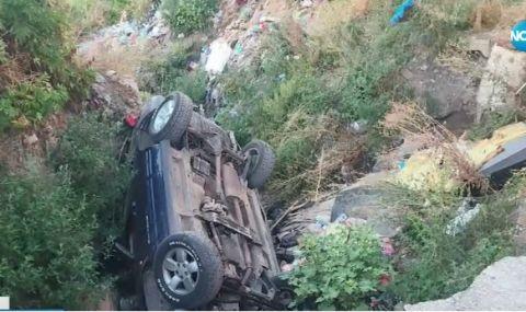 Кола пропадна в пропаст в края на улица в Хасково - 1