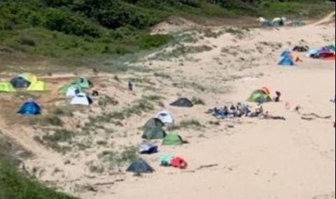 Разпънаха палатки върху дюни край Синеморец