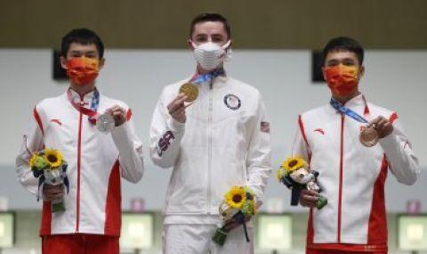 Доброволка колабира по време на връчване на медали на Олимпийските игри в Токио - 1