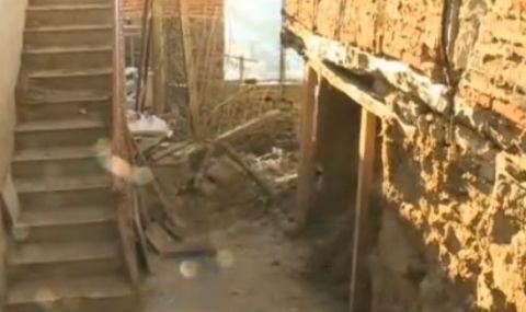 Свлачище затрупа къщи и улица в село Тешово