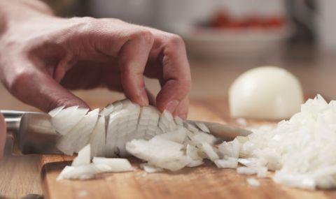 Хитър трик как да нарежете глава лук само за 20 секунди (ВИДЕО)