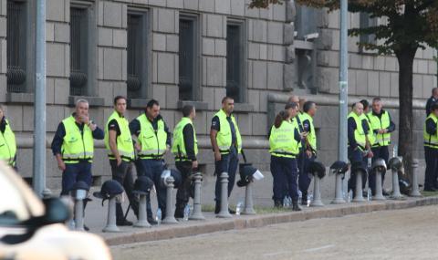 Протестиращи влязоха в Народното събрание