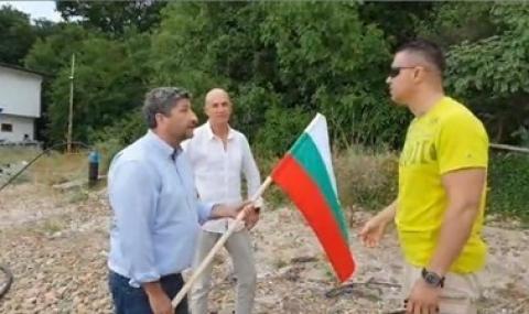 Разпитват журналист за охранителя на НСО, който хвърли знамето в