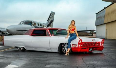 Дали тази секси блондинка ще помогне за продажбата на тунингован Cadillac
