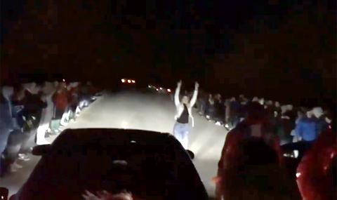Уличен състезател тръгна на задна и блъсна две момичета (ВИДЕО)