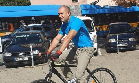 Президентът на работа с велосипед