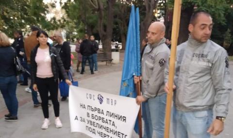 Полицаи и пожарникари протестираха във Варна