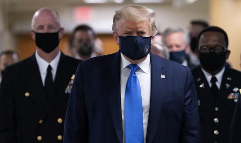 Тръмп се появи за първи път с маска