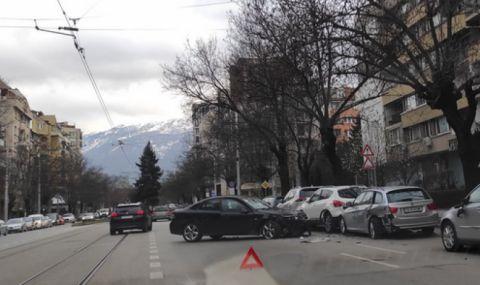 Тежка катастрофа в София: Кола помля паркирани автомобили (ВИДЕО)