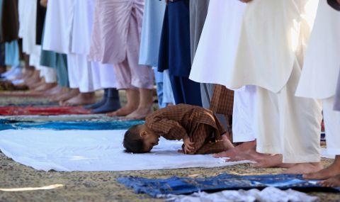 Албанец се заля с бензин по време на молитва за Рамазан байрам