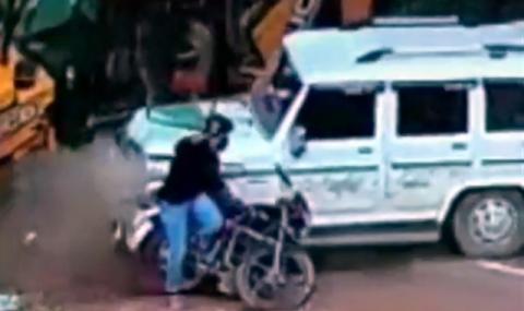 Аллах Акбар или как мотоциклетист оцелява по чудо (ВИДЕО)
