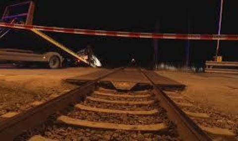 Влак смаза кола на прелез в Шуменско
