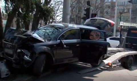 Лек автомобил се вряза в къща на централно кръстовище в Русе