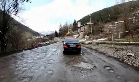 Сигнал към ФАКТИ: Ремонтират път след 40 години, асфалтът обаче се полага върху сняг - 1