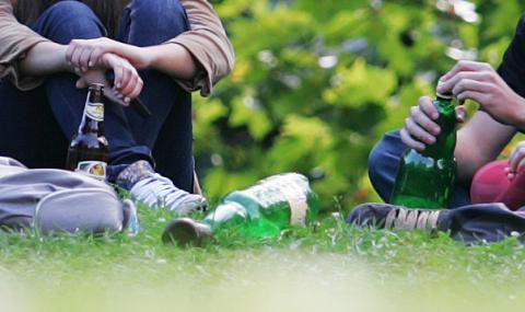 Българските ученици пият и пушат все повече