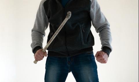 Мъж с метална тръба разби главата на съсед след скандал в Пазарджик