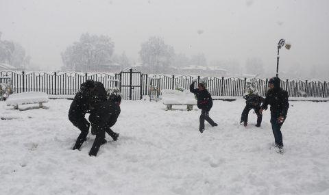 Масов бой със снежни топки в Лийдс
