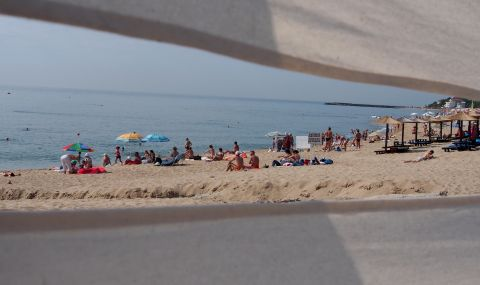 Премахват бетона на плаж