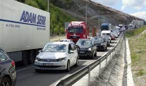 """Ограничават камионите на """"Хемус"""" и """"Тракия"""", КАТ дебне за шофиращи в аварийната лента - 1"""