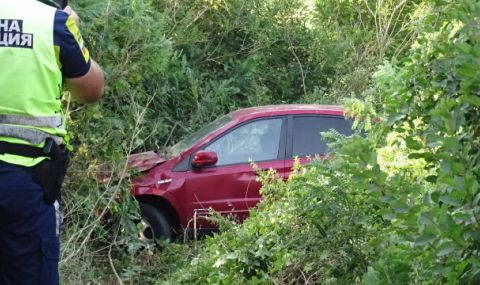 Кола се удари в тир и излетя от пътя - 1