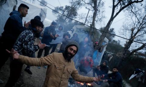 Гърция ще спира бежанците с плаваща бариера