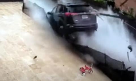 Това се казва полет - Toyota RAV4 прелита над басейн (ВИДЕО)