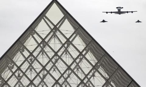 ''Взривът'' в Париж се оказа шумен самолет
