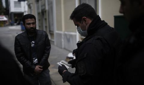 Мъж с коронавирус плюл в лицата на полицаи в Атина