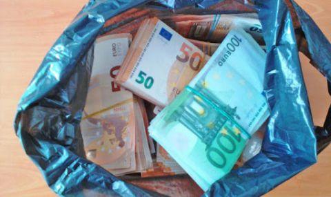 Хванаха бос на италиански клуб с чанта, пълна с евро
