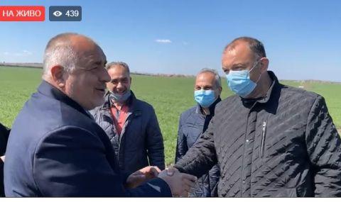 Бойко Борисов отиде с джипа на полето (ВИДЕО)