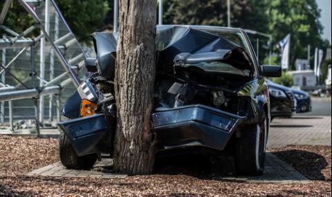 Пиян и без книжка мъж удари колата си в стълб на метри от детска градина