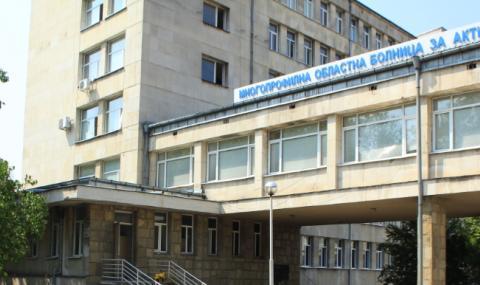 Братчето на починалия от COVID-19 абитуриент постъпи в заклеймената от бащата болница
