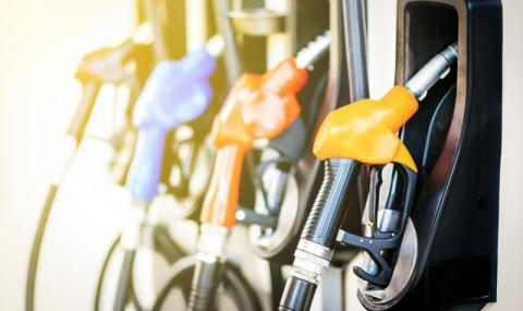 Къде сме ние: Колко бензин може да се купи с една заплата?