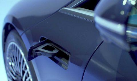 Течността за чистачки при Mercedes EQS се налива в калника
