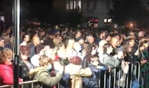 По време на пандемия стотици хора се струпаха без маски на концерт в Берковица - 1