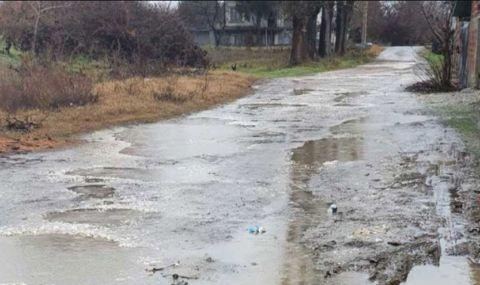 Жители на вечно наводнена улица искат ремонт. Кметът: Сами сте си виновни!