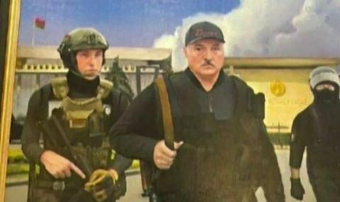 Подариха на Лукашенко картина, на която е нарисуван с автомат - 1