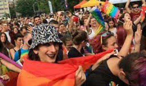 ЛГБТИ общността опази с жива верига кинопрожекция