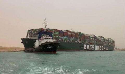 Вход свободен! Чакащи кораби започнаха да преминават през Суецкия канал