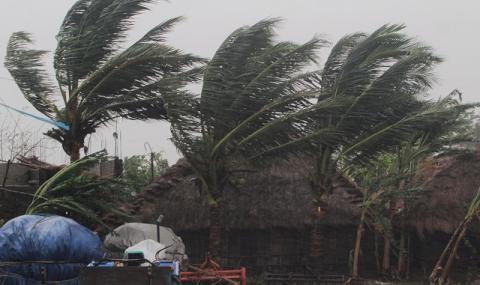 Проливни дъждове потопиха Индия и Бангладеш преди връхлитането на суперциклона (СНИМКИ)