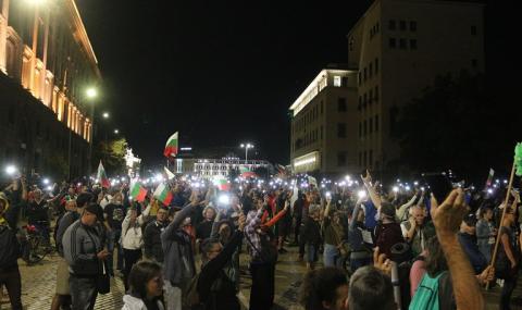 """75 дни протест: Демонстрантите се """"въоръжиха"""" с яйца и домати"""