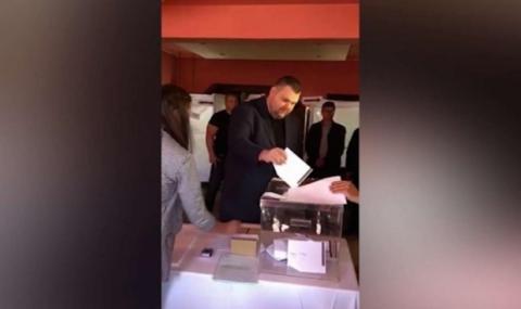 Пеевски гласува пръв в село Света Петка (СНИМКА)